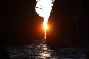 10月下旬「神割崎」の岩間からの日の出