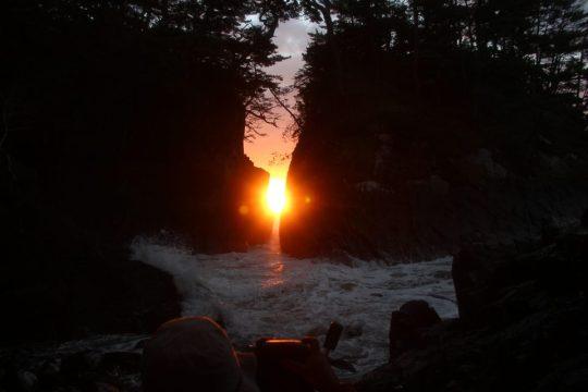 【2020年10月下旬】「神割崎」の岩間からの日の出