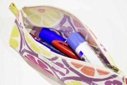 細めのペンケースですが、中は深みもノリや太いペンを入れても十分収納できます。