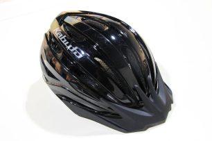 安全に走行するためヘルメットを着用します。