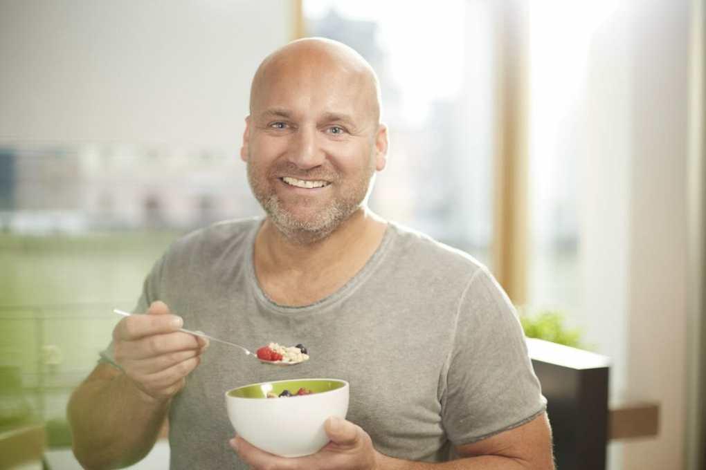 Marcus Reich isst BasenBrei mit basenbildendem Obst.