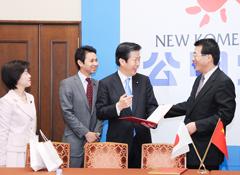 中日友好協会の井副会長(右端)を歓迎する(左へ)山口代表、谷あい、わにぶち氏=5日