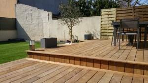 Terrasse en bois exotique et gazon synthétique