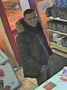 De gezochte man die wordt verdacht van meerdere overvallen in de regio.