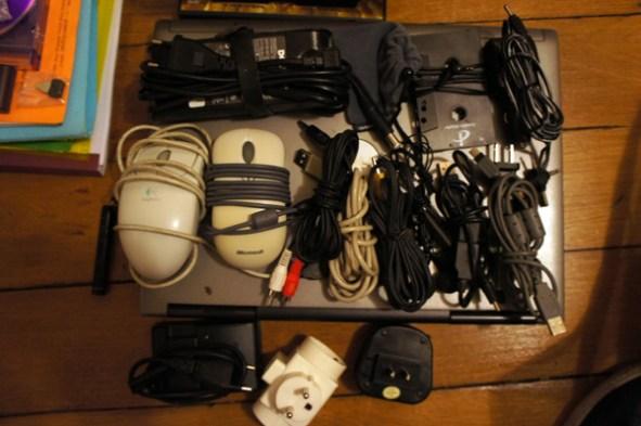 Câbles, souris, matériel pour laptop