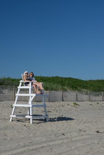 Meghan et Mathilde - chaise haute - Little Compton - Rhode Island - la plage