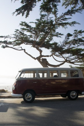 L'image cliché de la Californie : le van wolswagen au bord de la plage - Carmel Californie