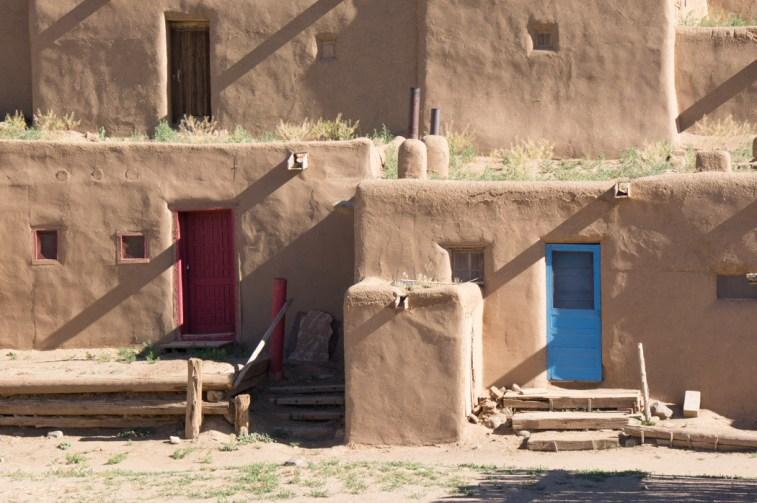 Taos Pueblo - les maisons en adobe, portes de couleur