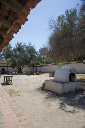 La cour et le horno Purisima Mission Californie