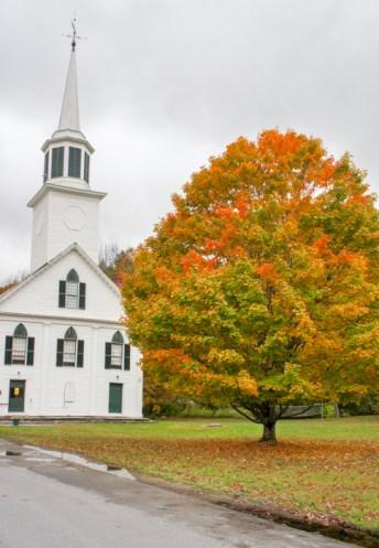 Petite église blanche dans un village du Vermont en automne