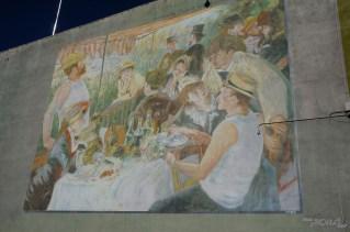 Le musée exporte même l'art (ici Renoir) sur les murs de la ville.