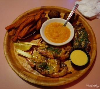 Le repas du dernier soir : crevettes au miel, mahi-mahi grillé, frites de patates douces et purée de potirons.