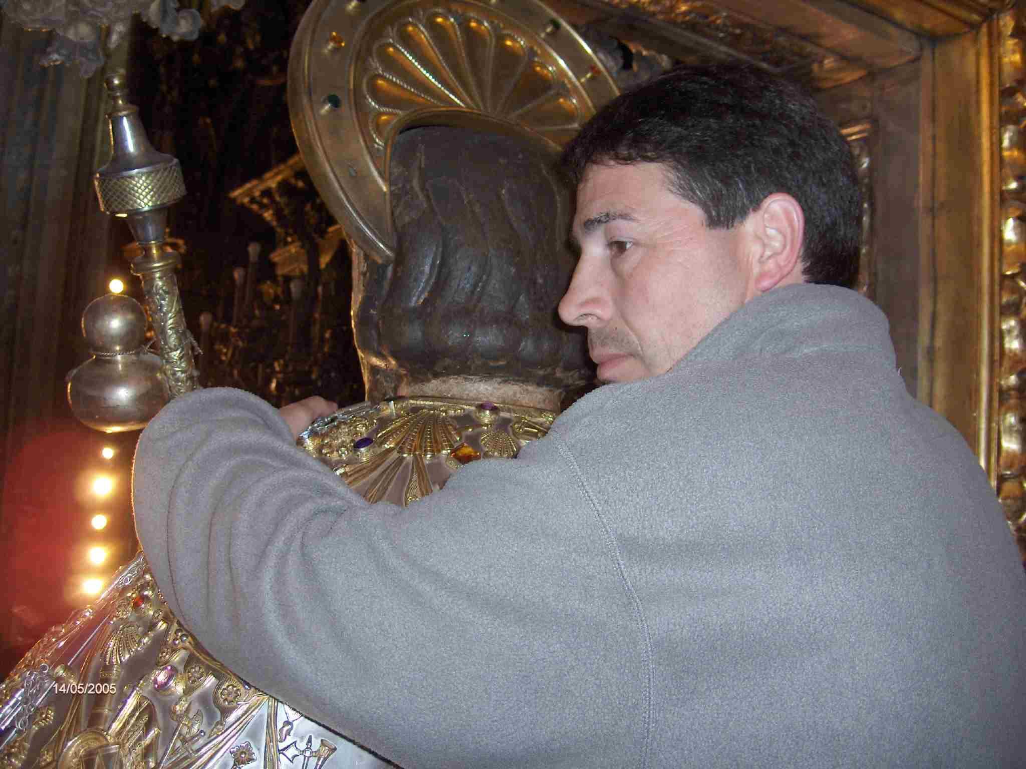 Abrazo de Primi al Santo