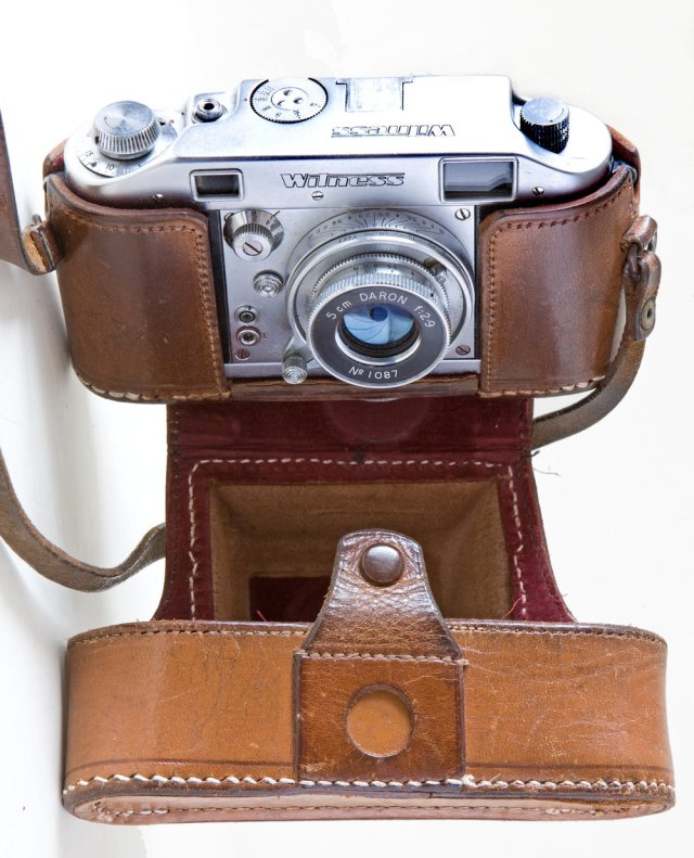 A reet bobby dazzler: With original case, which is even rarer than the camera, and the collapsible 5cm Daron f/2.9 which was designed by Robert Sternberg. The case was the only part of the outfit inscribed with the