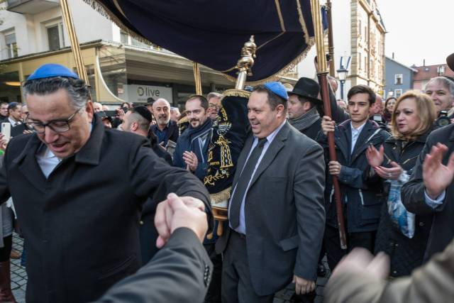 The opening of a new synagogue is a very special event, particularly in Germany. Here the faithful with the Torah scrolls move through the city dancing and singing to the new building. The photo was taken only a few days after the anti-Semitic attack in Halle. (Leica Q)