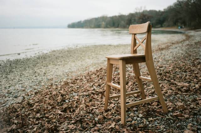 Take a seat. For whatever reason this object was placed on the winterly shores of Lake Constance: Nice bokeh for a quite wide lens. Zeiss Ikon with Biogon 25/2.8 ZM. Kodak Portra 200.