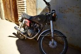 Yazd: Die kleinen Mopeds findet man überall, kein Wunder das meines Aufsehen erregt