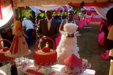 Das Brautpaar schneidet die Torten an