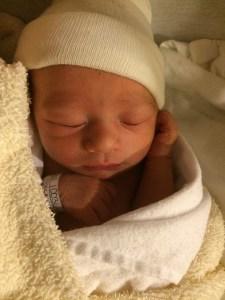ハーフの赤ちゃんの生まれたばかりの寝ている写真
