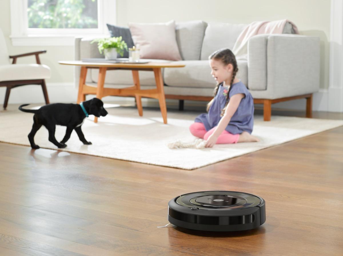 alexa e iRobot foto Roomba e5, pulizia automatica del pavimento