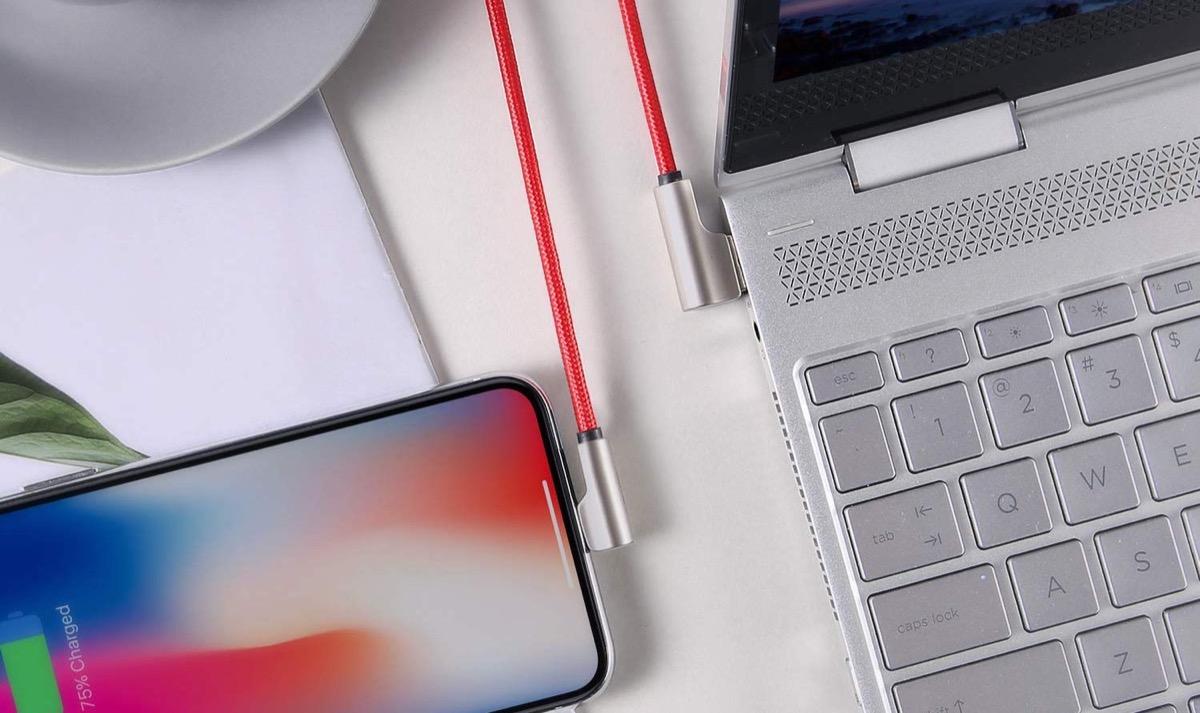 Cavo USB-Lightining angolato con guaina in nylon: coppia in sconto a 11,99 euro