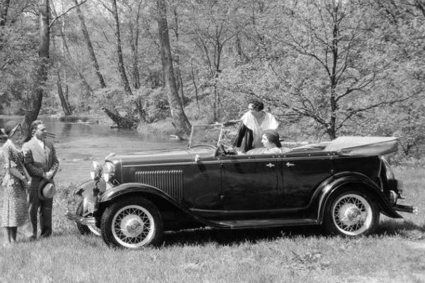 1932 Ford Deluxe Phaeton two ladies aboard