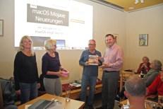 156. Treffen: Hauptgewinner Fritz Auweck bei der Verlosung der amac-Fachbücher