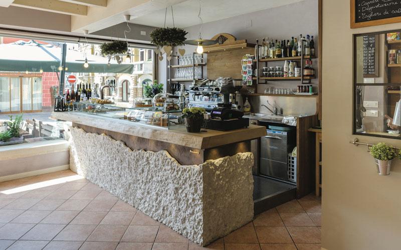 The exposed beams, stone tile floors, and understated. Idea Arredamento Bar Shabby Chic Arredo Bar Maculan