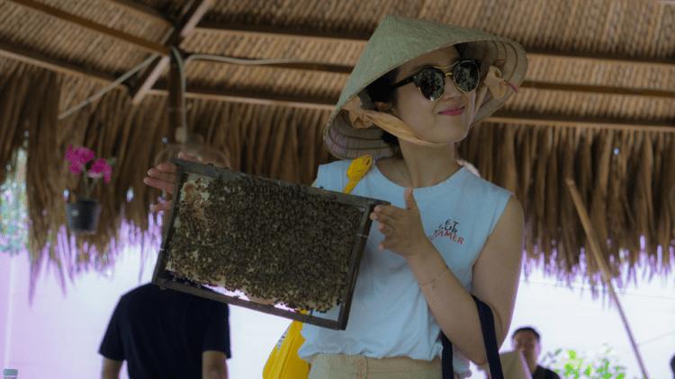 apicultrice au chapeau et lunettes de soleil