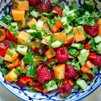 Sommersalat mit Melone, Gurke und Himbeeren