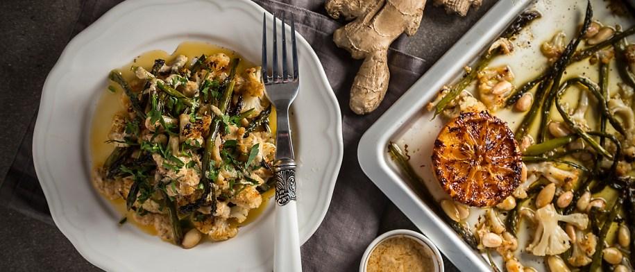 Πικάντικη σαλάτα με κουνουπίδι και σος ταχινιού