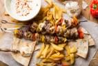 Σπιτικό κοντοσούβλι κοτόπουλο με σος γιαουρτιού – VIDEO