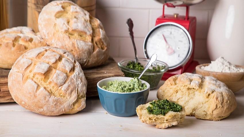 Εύκολο ζυμωτό ψωμί και δροσερή μαϊντανοσαλάτα (VIDEO)