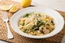 Μακαρονάδα με κοτόπουλο, σπαράγγια, φρέσκο αρακά και λεμόνι