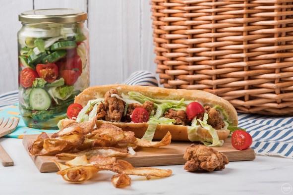 Σάντουιτς με κοτομπουκιές, σπιτικά chips και σαλάτα σε βαζάκια (VIDEO)