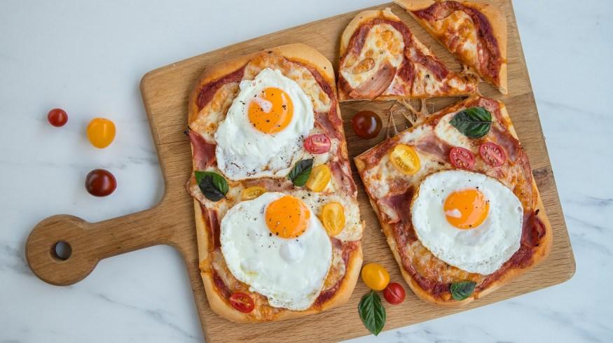 Πίτσα για πρωινό με τηγανητά αυγά και ζαμπόν (Breakfast pizza)