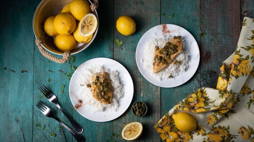 Εύκολο φιλέτο κοτόπουλο με κάπαρη, λεμόνι και κρασί σε 15′ (VIDEO)
