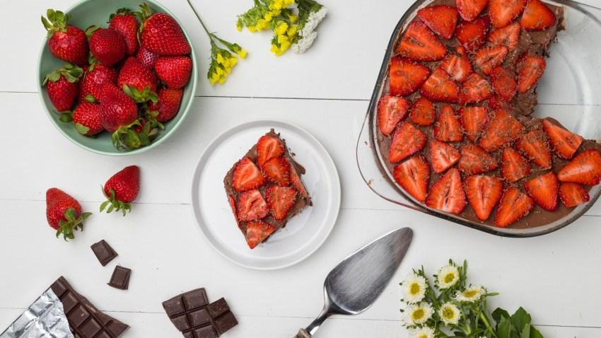 Σοκολατένιο γιαουρτογλυκό ψυγείου με φράουλες