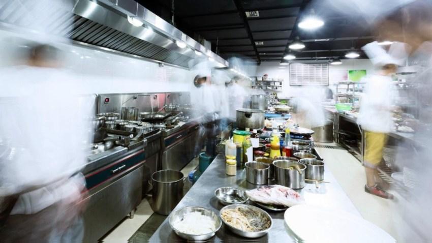 Τί πραγματικά συμβαίνει στις κουζίνες των εστιατορίων;