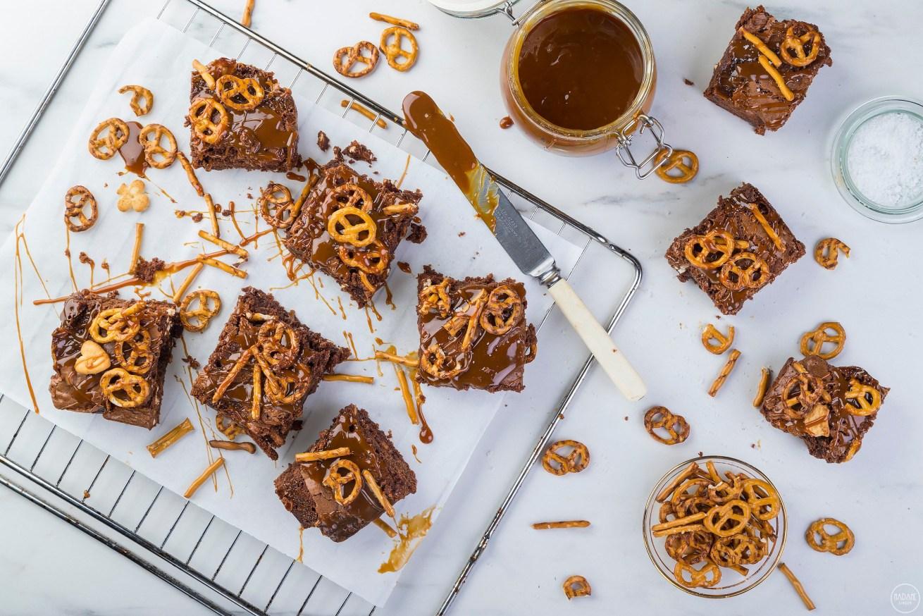Γεμιστά brownies έκπληξη με καραμέλα και τραγανά πρέτσελ