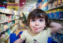 スーパーマーケットにいる男の子