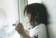 窓を開ける女の子
