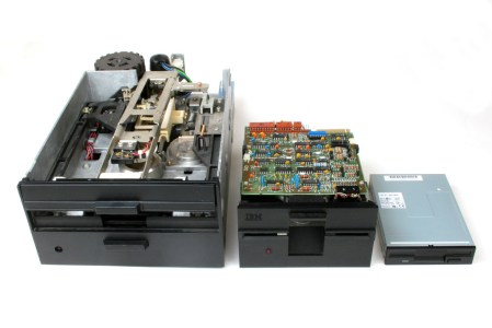 """3 unidades de disquette, de 8"""", 5¼"""" y 3½, respectivamente."""