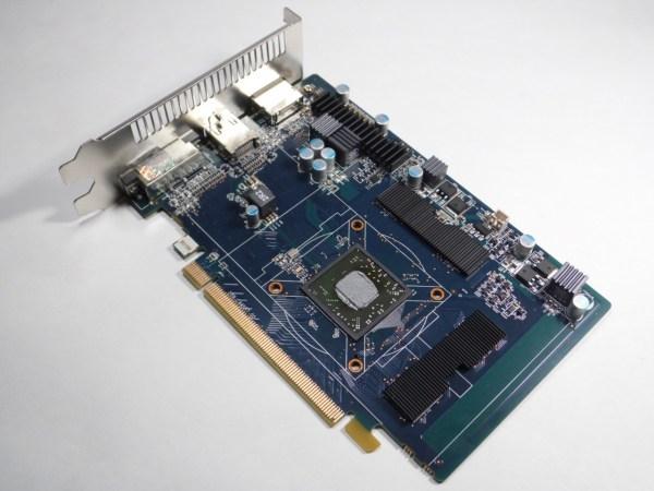 Un PCB de una verde azulado, sin la necesidad de un conector PCI-Express que energice el GPU, debido al bajo TDP de tan solo 55W aprox que posee.
