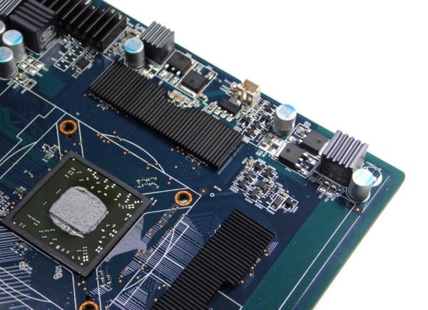 Podemos ver que las memorias poseen su propio disipador, de esta forma no serían un componente más que disipar para el sistema de refrigeración, así el disipador estaría dedicado solo a la refrigeración del GPU.
