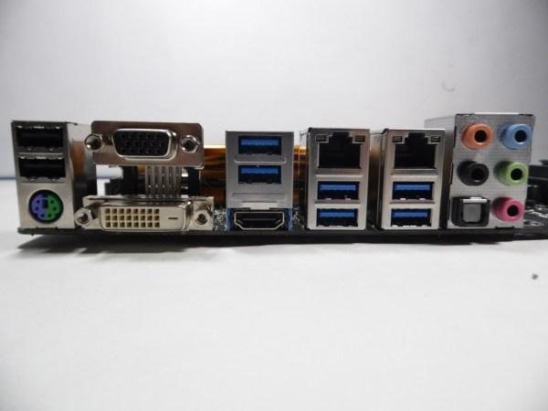 La Gigabyte Z97X-UD5H nos ofrece una gran gama de conectores en su panel trasero, desde conectores PS2 hasta conectores VGA para monitores.