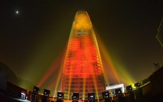 [Chile] MasterCard vistió la Torre Costanera de blanco, azul y rojo por la Copa América 2015