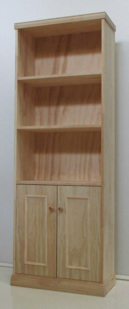 Biblioteca de pino con estantes y puertas