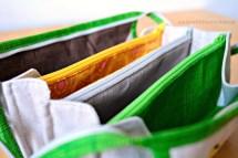 Farbkombination der Stoffe und Reissverschlüsse.