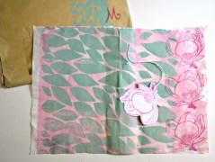 Bei Astrid ergänzen sich pinke Pfingstrosen mit hellgrünen Blättern zu einer federleichten Einheit auf einem speziellen Papier aus Maulbeer-Rinde. Mit Magnolien-Stempel, wunderschön.